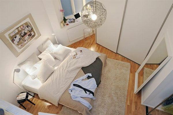 Schlafzimmer-gestalten-im-skandinavischen-Stil-Blick-von-oben-großes-Bett-und-Spiegel