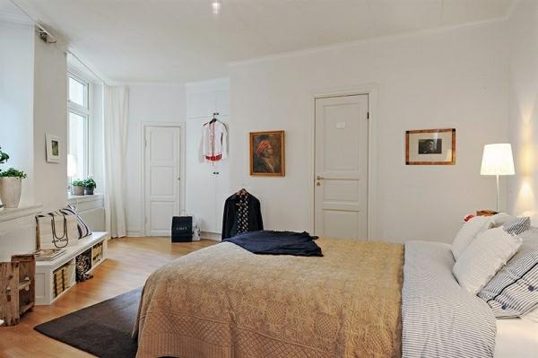 Schlafzimmer-gestalten-im-skandinavischen-Stil-Klammoten-hüngen-auf-die-Wände