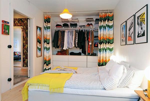 Schlafzimmer-gestalten-im-skandinavischen-Stil-bunte-Vorhänge-im-Kleiderschrenk