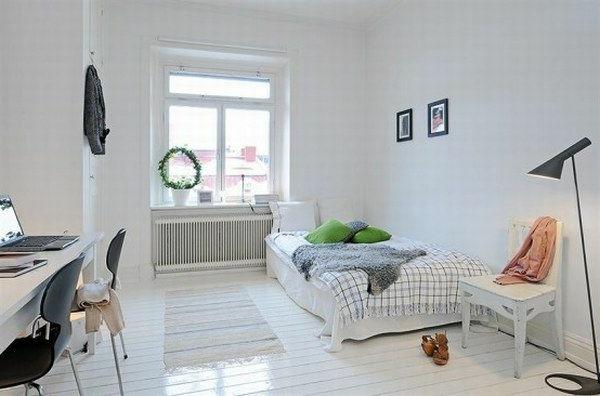 Schlafzimmer-gestalten-im-skandinavischen-Stil-größe-Fenster-Schreibtisch-weißen-Stuhl-neben-dem-Bett
