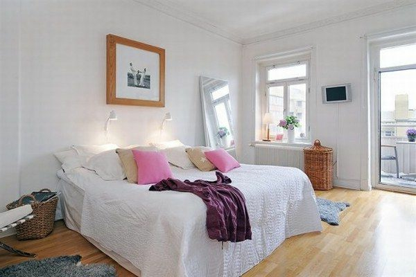 Schlafzimmer-gestalten-im-skandinavischen-Stil-größes-Bett-mit-Kisten-Spiegel-Raten-Körbe