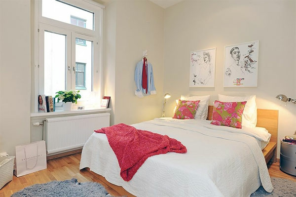 Schlafzimmer-gestalten-im-skandinavischen-Stil-größes-Bett-om-Mittelpunkt-Karikaturen-auf-den-Wand-als-Gestaltung-Idee
