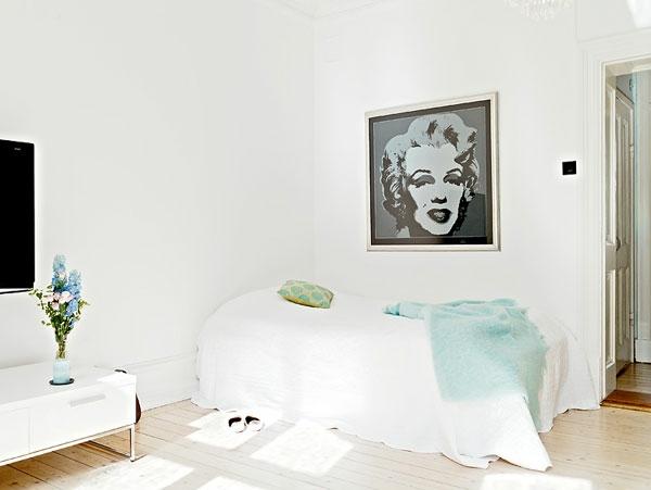 Schlafzimmer-gestalten-im-skandinavischen-Stil-mit-Merilyn-Monroe-Bild-auf-dem-Wand