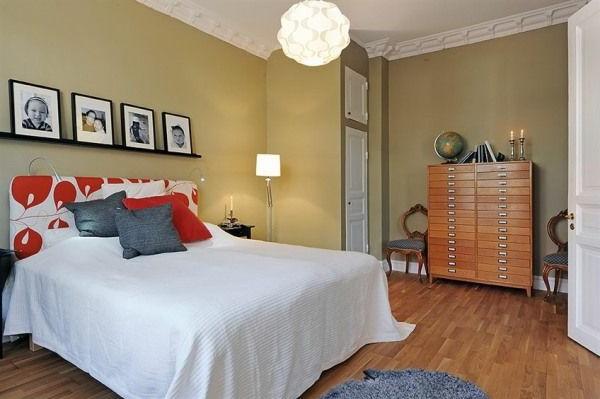Schlafzimmer-gestalten-im-skandinavischen-Stil-olivengrünen-Wand-Porträtphotografie-als-Wand-Deko