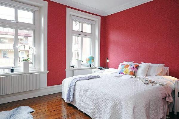 Schlafzimmer-gestalten-im-skandinavischen-Stil-röte-Tapetten-weiße-Bettdecke