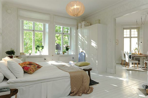 Schlafzimmer-gestalten-im-skandinavischen-Stil-weiße-Wände-und-weißes-Boden-ud-papier-Kronleuchter