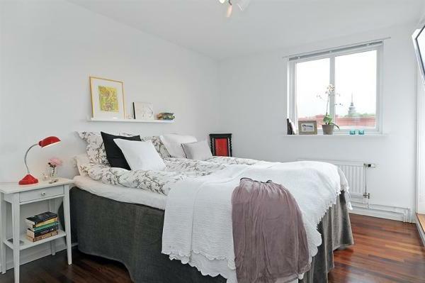 Schlafzimmer-gestalten-im-skandinavischen-Stil-weißes-Zimmer-röte-Akzente