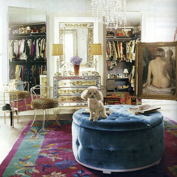 ankleidezimmer-bunte-möbel - ein kleiner hund