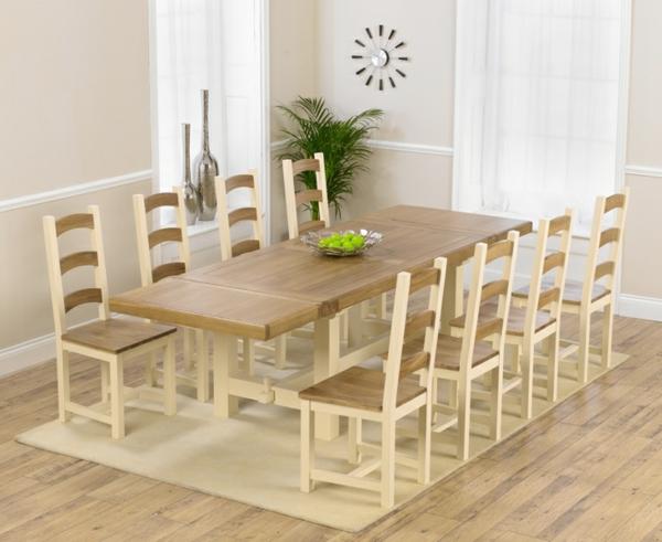 ausziehbarer-esstisch-mit-acht-stühlen und einer dekorativen pflanze