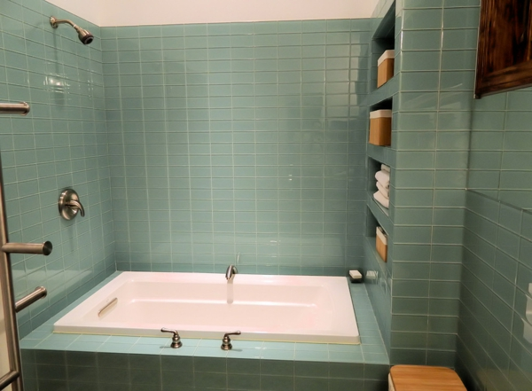 badewanne-im-badezimmer-mit-schönen-fliesen- modern