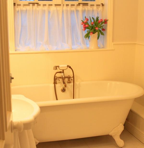 badewanne-im-kleinen-badezimmer - tulpen deko und gardinen