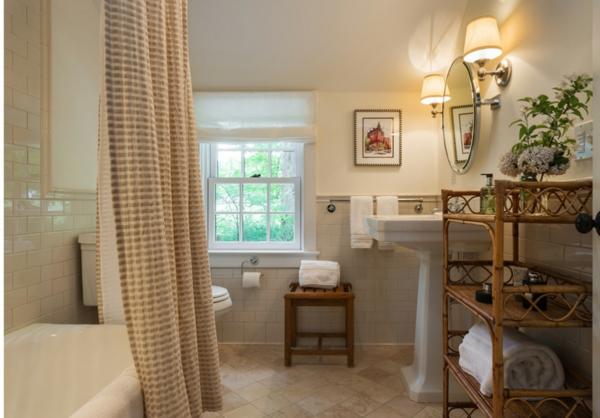 badewanne-mit-vorhängen-lanhausstil - runder spiegel an der wand und fenster