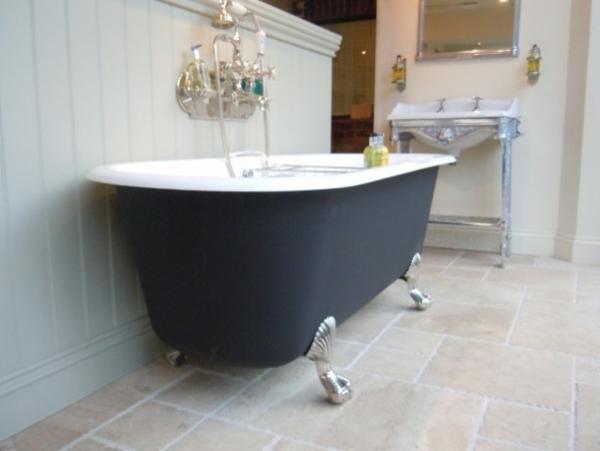 badewanne- schwarz-und-weiß - mit dusche