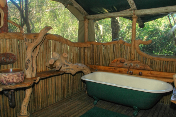 badezimmer-aus-holz-mit-einer-badewanne- im freien