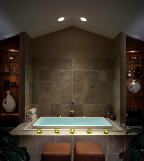 badezimmer mit badewanne und deckenleuchten