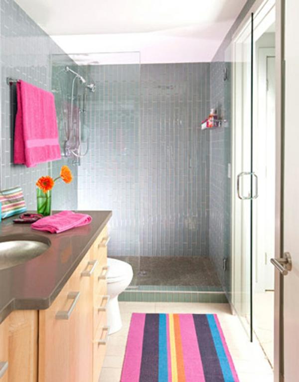 badezimmer-buntes-teppich-rosige nuancen- zyklamenfarbe