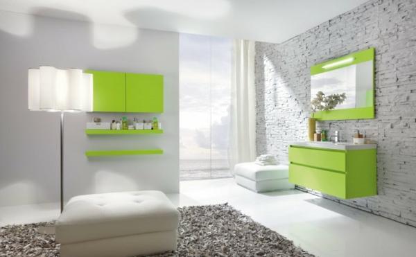 badezimmer-grüne möbelstücke und weißes teppich