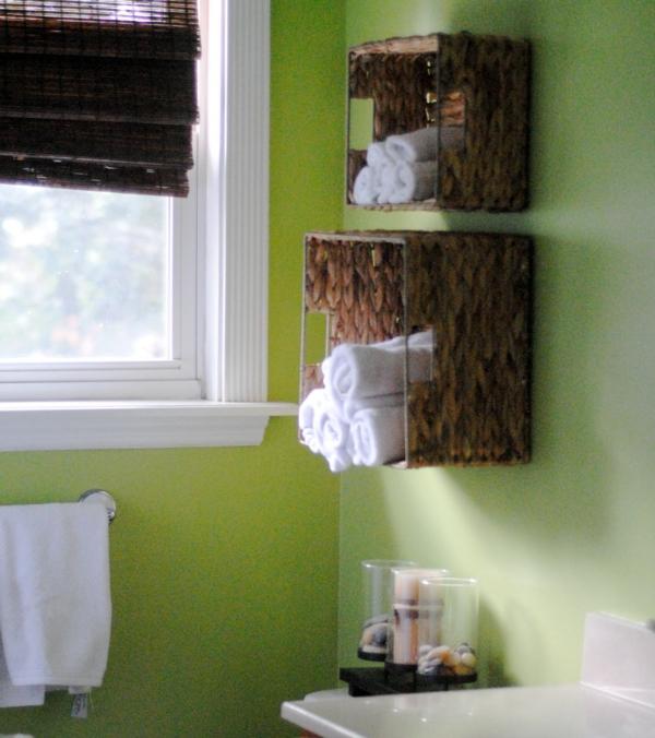 badezimmer-grüne-farbe- originellen-regalen- für weiße tücher