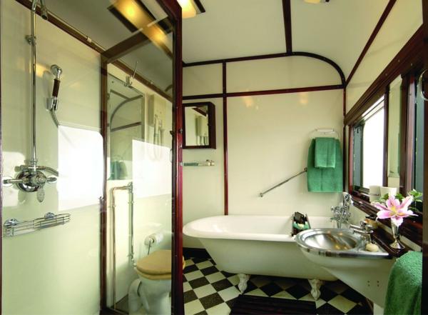 badezimmer mit grünen elementen und einer badewanne in weiß