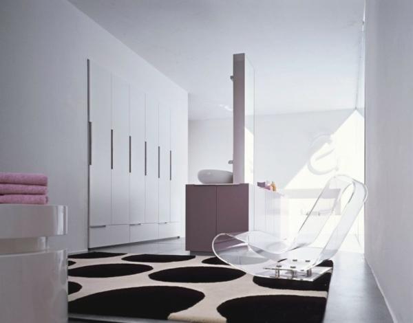 badezimmer-luxuriösische-ausstattung mit einem interessanten modell vom stuhl