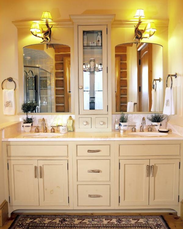 badezimmer-mit-beige-badschrank - zwei spiegel und zwei lampen