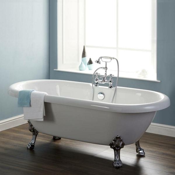 badezimmer-mit-blauen-wänden-und-weißer-badewanne- mit einer dusche