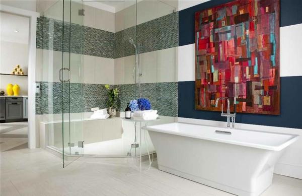 badezimmer -mit -einer -badewanne-und-einem-gemälde, weiße badewanne
