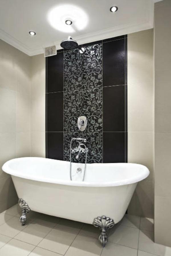 badezimmer-mit-einer-weißem-badewanne- schwarzer akzent an der wand
