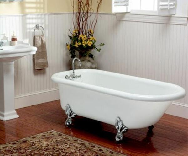 badezimmer-mit-weißer-badezimmer-und-einem-teppich- modern