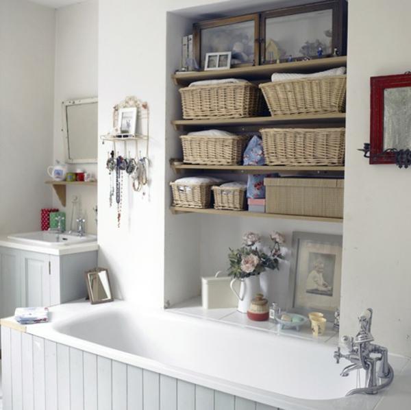 badezimmer-weiße-badewanne-regale mit schachteln