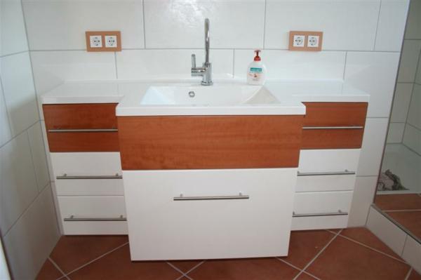 badschrank-weiß-und-braun- ohne spiegel