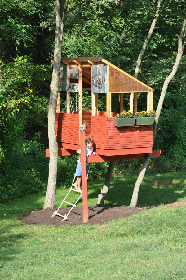 baumhaus-bauen-zwischen-bäumen-mitten im wald