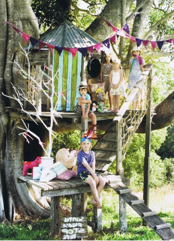 baumhaus-hoch-bauen-kinder-spielen- mitten im wald