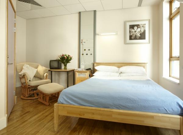 blaue-bettwäsche-im-kleinen-niedlichen-schlafzimmer- helle wandfarbe