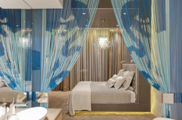 blaue-gardinen- im-schlafzimmer- durchsichtig