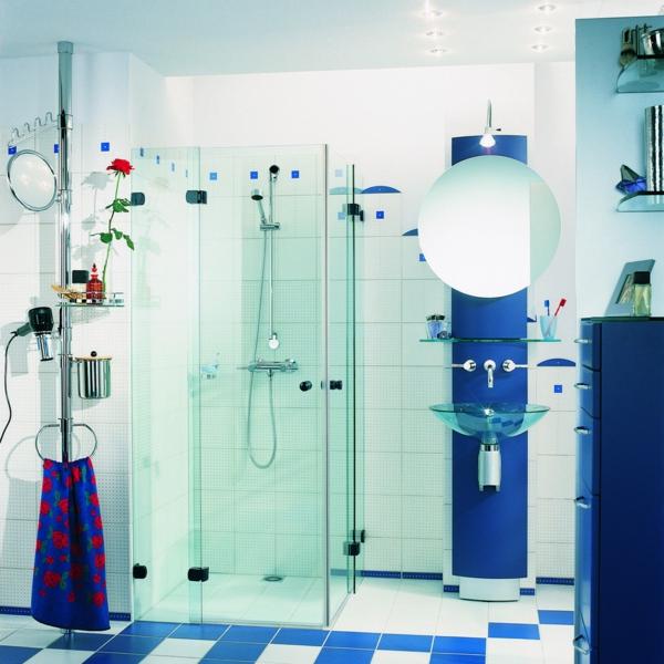 kleines badezimmer mit weißen und blauen fliesen gestalten