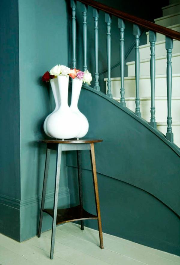 blaue-wände-im-flur mit interessantem vasenmodell