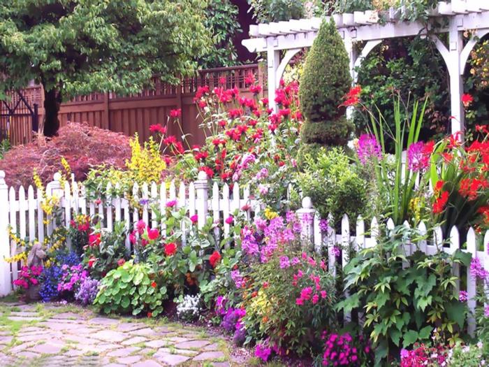 interessanten blumengarten anlegen - weißer zaun