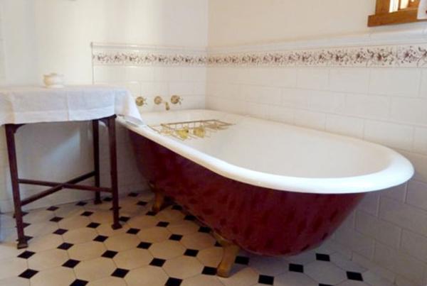 bodenfliesen mit ratuten-und-freistehende-badewanne - mit einem tisch