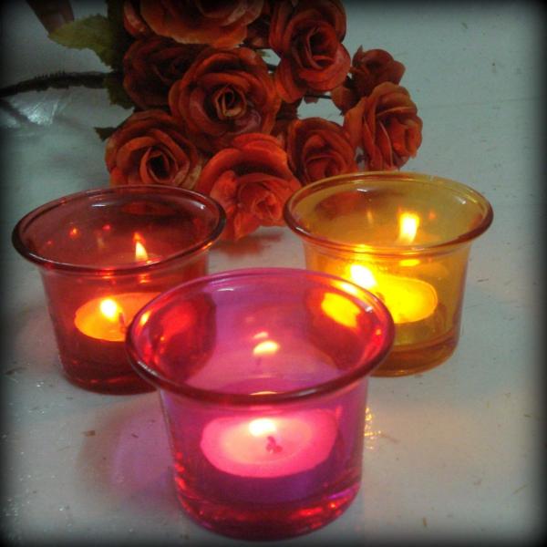 kerzen dekoration von kleinen kerzen in durchsichtigen gläsern in bunten farben