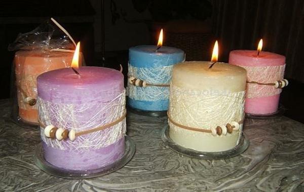 dekorierende Elemente für große bunte Kerzen