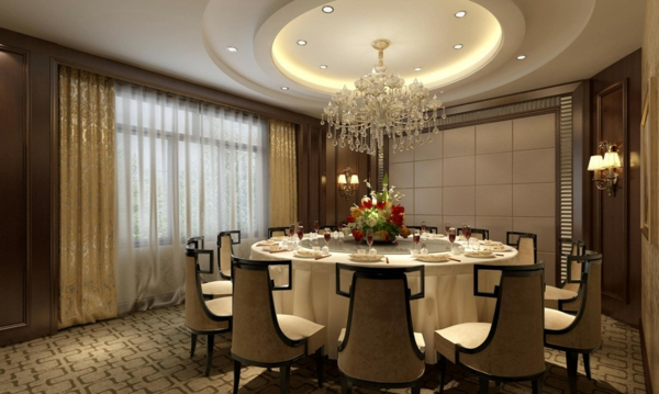 rundes tisch mit vielen stühlen im restaurant  mit deckenleuchten