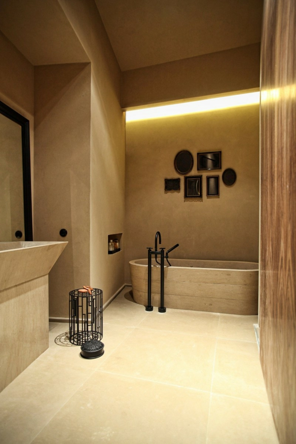 badezimmer mit einer badewanne in ockra farbe und wandeuchte -led licht