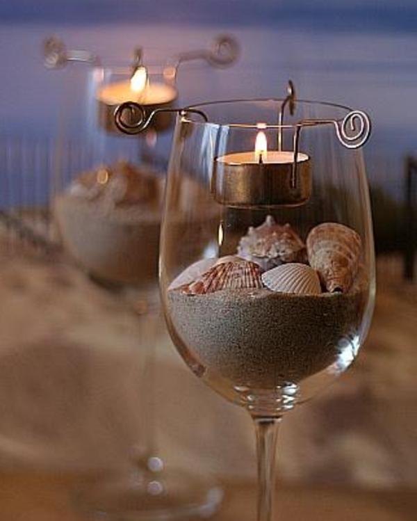 weinglas mit muscheln und sand drin als interessante idee für kerzenhalter