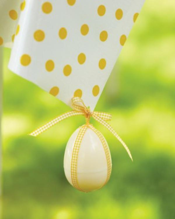 gelbe punkte am papier und hängendes gelbes ei - ostern deko