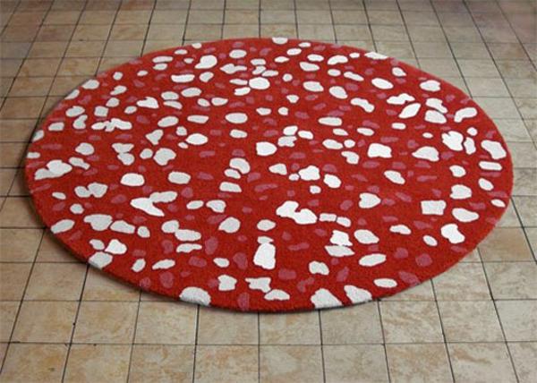 designer-teppich-rot-mit-weißen-punkten-runde-form- niedlich aussehen