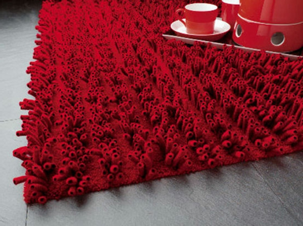 designer-teppiche-rote-farbe- tassen auf dem teppich