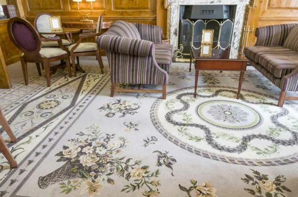 designer-teppiche-weiß-mit-figuren- aristokratische gestaltung