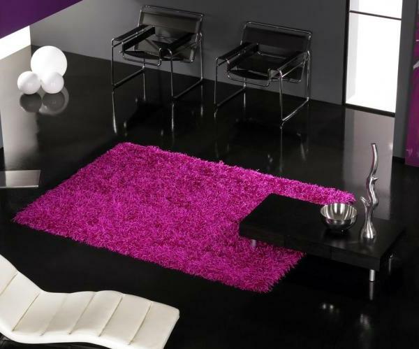 designer-teppiche-zyklamenfarbe- im zimmer mit schwarzer gestaltung