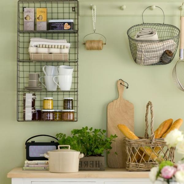 draht regal in einer küche in hellen farben